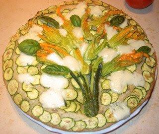 Pizza con fiori di zucca e zucchine