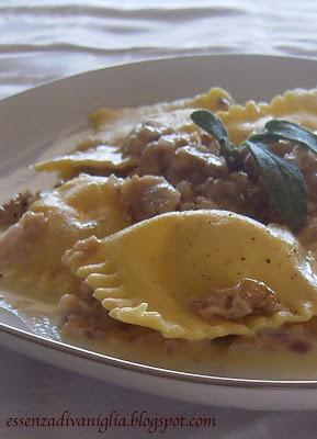 Ravioli di ricotta con salsa di salvia, noci e gorgonzola