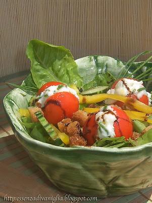 Insalata con crostini e pomodorini alla robiola con erba cipollina