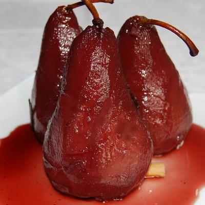 Pere al vino rosso speziato ( con panna montata e cannella)
