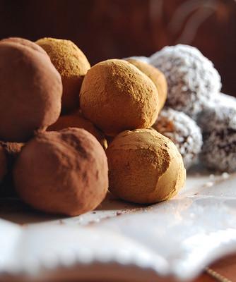 Tris di tartufi al cioccolato: al cacao, alla cannella e al cocco