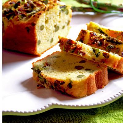 Plum-cake agli Asparagi con Parmigiano Reggiano, Pistacchi ed Erba Cipollina