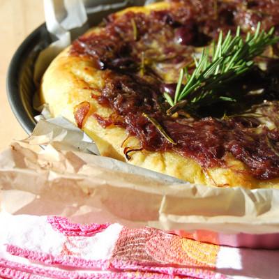 Focaccia Con Cipolle Rosse Di Tropea, Olive Nere e Acciughe