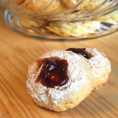 Biscotti alle mandorle e confettura d'uva