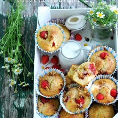 Muffin con camomilla, lamponi e granola