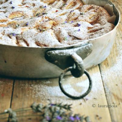 Torta integrale con farro, pesche e olio extravergine d'oliva profumato con fiori di lavanda