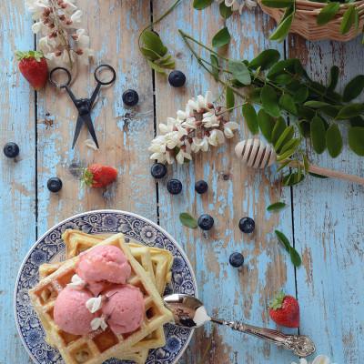 Waffles multicereale al latticello con gelato allo yogurt greco con fragole, mirtilli e miele d'acacia