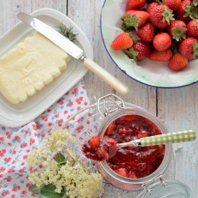Marmellata di fragole e fiori di sambuco