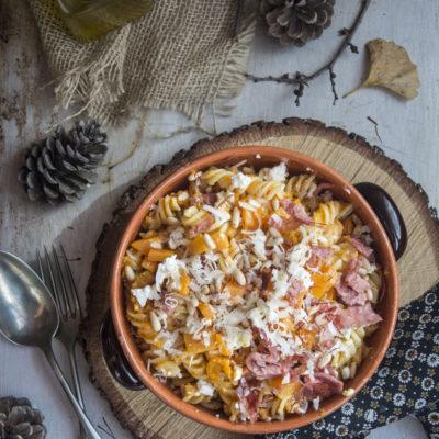 Pasta con Zucca, Salame croccante e Pinoli